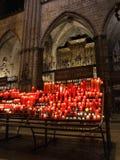 Gloeiende kaarsen in kathedraal Royalty-vrije Stock Fotografie