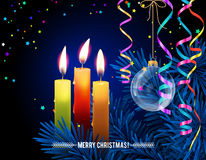 Gloeiende Kerstmiskaarsen met gesmolten was, Kerstmisboom, kronkelweg, glasbal op nacht bokeh achtergrond Stock Afbeelding