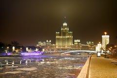 Gloeiende Kotelnicheskaya-Dijk die op Nieuwe Year's-Vooravond voortbouwen stock foto's