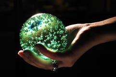 Gloeiende Kristallen bol Stock Afbeeldingen