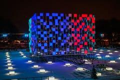 Gloeiende kubus in het Park van Gorky in de winter bij de piste, Moskou, Rusland stock foto's