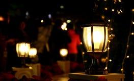 Gloeiende lamp bij donkere nacht, helder licht in duisternis Royalty-vrije Stock Foto's