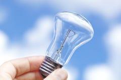 Gloeiende lamp tegen de blauwe hemel Stock Foto's