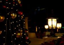 Gloeiende lampen bij donkere nacht stock foto