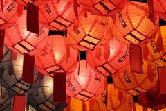 Gloeiende lantaarns in nacht op de verjaardag van Boedha stock fotografie