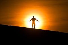Gloeiende mens op de heuvel royalty-vrije stock afbeelding