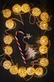 Gloeiende Nieuwjaarslingers en ornamenten op een donkere achtergrond De ruimte van het exemplaar vakantie Kerstmis, Nieuwjaar Stock Afbeeldingen
