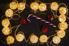 Gloeiende Nieuwjaarslingers en ornamenten op een donkere achtergrond De ruimte van het exemplaar vakantie Kerstmis, Nieuwjaar Stock Fotografie