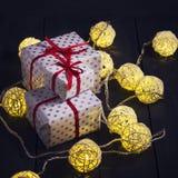 Gloeiende Nieuwjaarslingers en ornamenten op een donkere achtergrond De ruimte van het exemplaar vakantie Kerstmis, Nieuwjaar Royalty-vrije Stock Foto's