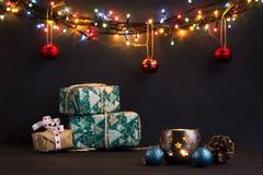 Gloeiende Nieuwjaarslingers op een donkere achtergrond De ruimte van het exemplaar Kerstmis, de achtergrond van het Nieuwjaar Stock Afbeelding