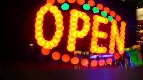 Gloeiende open neonvertoning stock footage