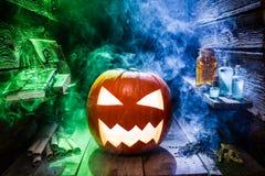 Gloeiende pompoen voor Halloween in witcherplattelandshuisje royalty-vrije stock afbeelding