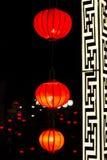 Gloeiende rode Chinese lantaarns in Chinese nieuwe jaarvooravond De achtergrond van de vakantie Royalty-vrije Stock Foto
