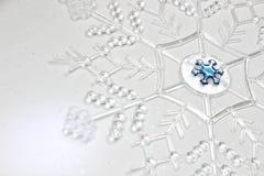 Gloeiende Sneeuwvlok op Glittery-Achtergrond royalty-vrije stock fotografie