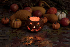 Gloeiende van de pompoendecoratie en herfst pompoenen op donkere achtergrond royalty-vrije stock foto's