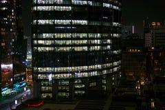 Gloeiende vensters van wolkenkrabbers bij avond - Mening van moderne torens in de stad stock foto's