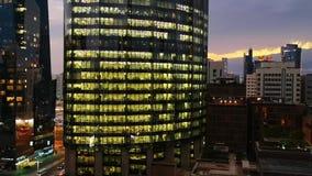 Gloeiende vensters van wolkenkrabbers bij zonsondergang - Mening van moderne bureaus en torens, Abu Dhabi stock footage