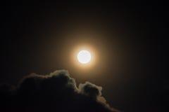 Gloeiende volle maan en wolken Stock Afbeelding