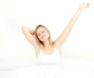 Gloeiende vrouw die terwijl het opstaan uitrekt zich Royalty-vrije Stock Foto