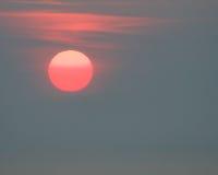 Gloeiende zon bij zonsopgang Royalty-vrije Stock Afbeelding