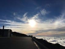 Gloeiende zon hoog in de hemel Royalty-vrije Stock Foto's