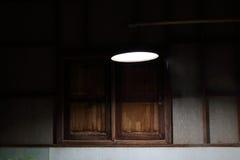 Gloeilamp in de donkere ruimte, Selectieve nadruk met ondiepe diepte van gebied Royalty-vrije Stock Foto's