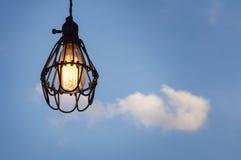 Gloeilamp die zich met heldere blauwe hemel bevinden Royalty-vrije Stock Fotografie