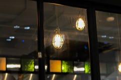 Gloeilamp in een donkere plaats Royalty-vrije Stock Foto