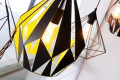 Gloeilamp en de lamp van Edison de in de moderne winkel van de stijlkoffie warme toonfoto Stock Afbeeldingen