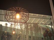 Gloeilamp en de lamp van Edison de in moderne stijl De warme lamp van de toon gloeilamp Lampen in koffiewinkel Stock Foto