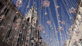 Gloeilamp, het decoratieve openlucht hangen op de straat in de stad Elektrische lichten op de straat, straat feestelijke verlicht stock videobeelden