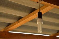 Gloeilamp het hangen door draad Stock Foto