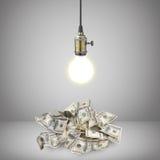 Gloeilamp over geld royalty-vrije stock afbeelding