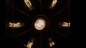 Gloeilamp in plafone op de muur stock videobeelden