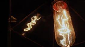 Gloeilamp in plafone op de muur stock video