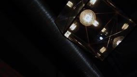 Gloeilamp in plafone op de muur stock footage