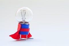 Gloeilamp in super heldenkostuum Bekwaam, deskundig mensen origineel concept Uitstekende lamp met ideale sferische oppervlakte en stock fotografie