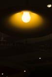 Gloeilampen in de donkere ruimte Royalty-vrije Stock Afbeeldingen