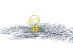 Gloeilampen gevormde paperclip in een stapel van paperclippen royalty-vrije stock foto