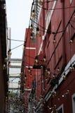 Gloeilampen onderaan een zijstraat Stock Foto's