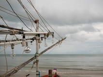 Gloeilampen van pijlinktvis vissersboot op het strand in de bewolkte ochtenddag Royalty-vrije Stock Foto