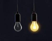 Gloeilampenlampen op zwarte stock foto
