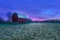 Gloria de la Pre-salida del sol en la granja fotos de archivo
