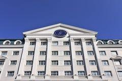 Gloria Inn Hotel contra un cielo azul, Harbin, China Imagen de archivo libre de regalías