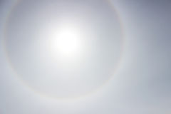 Gloria som en regnbåge runt om solen i eftermiddagen för vädret försämrar Arkivbild