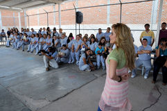 Gloria Trevi speaks to woman inmates Royalty Free Stock Images