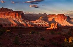 Glorierijke zonsondergang op de rotsvormingen van het Nationale Park van de Capitoolertsader in Utah royalty-vrije stock afbeeldingen