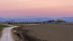 Glorierijke zonsondergang over het Toscaanse platteland in Ville di Corsano, Siena, Italië royalty-vrije stock foto's