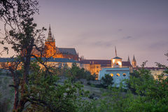 Glorietta après l'obscurité avec le château de Prague Image libre de droits