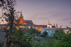 Glorietta nach Einbruch der Dunkelheit mit Prag-Schloss Lizenzfreies Stockbild
